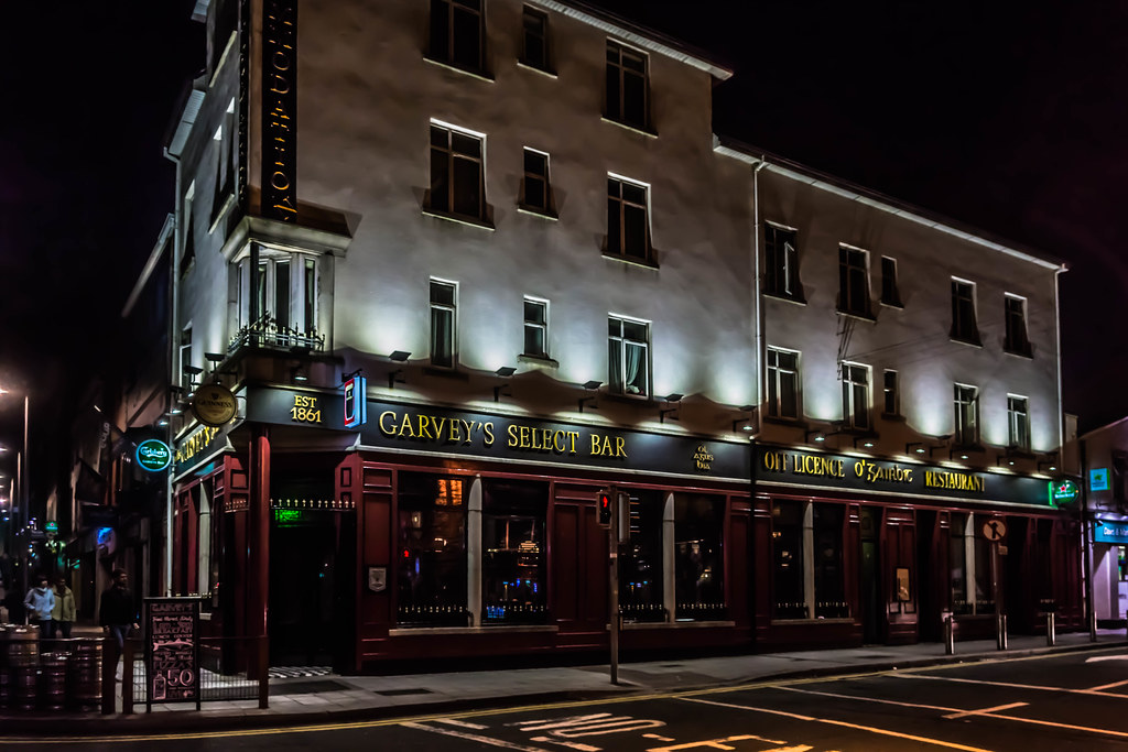 GARVEY'S SELECT BAR IN GALWAY [AT NIGHT] REF-107610