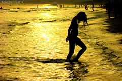 Saliendo del agua (Guervs) Tags: sunset espaa baby beach girl silhouette backlight contraluz atardecer seaside kid andaluca spain playa nia costadelsol andalusia siluetas mlaga marbella