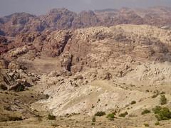 Op weg naar Petra, in de verte is de kloof te zien...