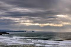 Rayos en el mar Cantbrico (ccc.39) Tags: asturias gozn xag cantbrico olas nubes rayos rayosdesol marina nublado seascape sea