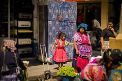 Madre e Hija (sierramarcos14695) Tags: guatemala quetzaltenango explorando ciudad urbano madre hija vida cotidianidades retrato mujer niña mercado la democracia xela traje tipico ventas vendedora atencion cultura minolta rokkor sony a58 mc