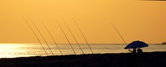 7 caas (alfonsocarlospalencia) Tags: caas grecia playa crepsculo sombrilla azul lneas carrete horizonte pesca atardecer mar jnico luz espera paz calma contraluz siluetas composicin