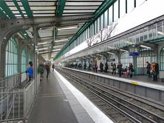 RATP Staningrad (sander_sloots) Tags: ratp paris metro station people mensen wachten waiting tracks sporen parijs aerien subway ligne2 gietijzer castiron fonte