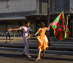 Preparativos para o Carnaval / Preparations for Carnival (jadc01) Tags: d3200 nikon nikon1855mm people streetphotography lifestyle carnival riodejaneiro brazil dancers