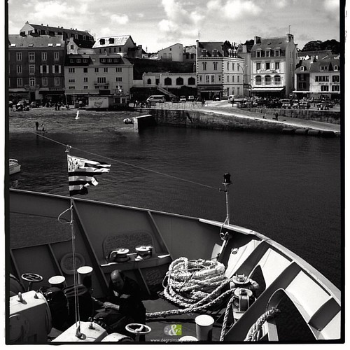 A L'OUEST|7/20| more : http://ow.ly/QWef304YPhV #B&W #britain #landscape #sea #fishingport #blackandwhite #bretagne #mer #boat #bateau #paysage #belleileenmer