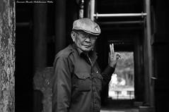 Mister Chau (Dedalomouse Photos) Tags: cambodia cambogia calle asia angkorwat archeologia angkor indocina tommaso tommasoolmeda travel olmeda dedalomouse viaggio viaje people persone personas hombres gente bianconero bianco nero bn bw mister chau