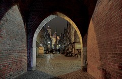 Gdańsk 026 (jerzysobkowicz) Tags: gdansk archway gate old town night arcuate