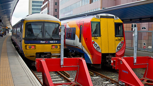 458028 (JOHN BRACE) Tags: york west station reading south great first trains 1999 class western emu 1992 alstom seen juniper built livery 166 dmu 458 brel 166214 458028 4jop