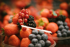 (Eduardo_Aguirre) Tags: street red food fruits healthy market strawberries naturallight snack blueberries