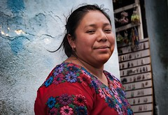 Mujer y madre por el arco (Laura Paige) Tags: laurapaige laurapaigephotography nikon antigua guatemala mujer woman mother madre blue azul color colour portrait street streetphoto travel lauratheexplora explore emotion