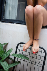 (Ave) Tags: amarilla pierna piernas mujer lady uas uasrojas pies silla planta jardin