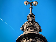 Alien oder Lampe (ruedigerhey) Tags: berlin laterne kandelaber siegessäule himmel hauptstadt deutschland architektur engel säule tor brandenburger lantern candelaber heaven capital germany architecture angel column brandenburg gate brandenburgertor