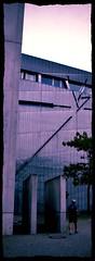 Ferite e feritoie (Colombaie) Tags: berlin scale germany europa uomo agosto museo popolo ritratto viaggio architettura germania citt jewishmuseum shoah fuori esterno jdischesmuseumberlin finestre berlino storia 2015 camminare maschio vittime ferite tagli ebrei olocausto ebraico nazismo uscire sotterranei cicatrici scoprire museologia visitare rielaborazione dischiena antopologia opprimente persecuzione leggiantirazziali