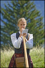 Heidi, sors de ce cor ! (wilphid) Tags: montagne folklore chamonix parc montblanc musique hautesavoie leshouches parcdemerlet