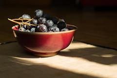 40/52 Nature morte aux raisins (n'oras_et_narie) Tags: canonfd canondf55mm12ssc naturemorte rayondesoleil vintagelens bole raisin