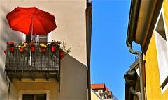 Die kleine Insel Balkonien (Robert Lesti (off till Dec.)) Tags: balkon balkonien rot blau gelb haus huserfassaden sonnenschirm himmel nikond5000 nikon
