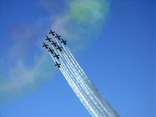 aerei su cielo azzurro con scie