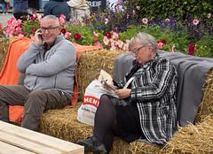 _9120074 Seated on a pile of straw.jpg (JorunT) Tags: oslo 2015 nasjonal matstreif fotovandring påstrå
