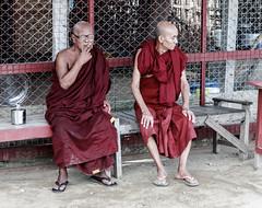 Tiempo de ocio (Andrs Guerrero) Tags: people asia gente burma monk buddhism smoking personas monastery monks myanmar monasterio ocio mandalay descanso monje buddhistmonks fumando buddhistmonk monjes birmania sudesteasitico monjesbudistas monjebudista leisura