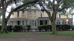 (sftrajan) Tags: neworleans uptown stcharlesavenue mansion architecture frontporch house yard colonialrevivalstyle gable audubonpark 6330stcharlesavenue porch roundtableclub burtheville