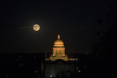 Capitol Frankfort Kentucky (Klaus Ficker --Landscape and Nature Photographer--) Tags: usa kentucky frankfort capitol stategovernment commonwealthofkentucky historic kentuckyphotography klausficker canon eos5dmarkii fullmoon supermoon fullmoon10152016 night longshuttertime milf beauty evening old sideview