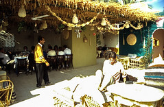 Ägypten 1999 (495) Theben-West: Neu-Gurna (Rüdiger Stehn) Tags: afrika ägypten egypt nordafrika 1999 winter urlaub dia analogfilm scan slide 1990er 1990s oberägypten südägypten aṣṣaʿīd diapositivfilm analog kbfilm kleinbild canoscan8800f canoneos500n 35mm misr مصر neugurna dorf menschen leute bauwerk profanbau reise reisefoto gebäude rüdigerstehn