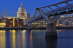 Il tentacolo / The tentacle (Millennium Bridge, London, United Kingdom)(Buon Natale!!! / Merry Christmas!!!) (AndreaPucci) Tags: uk london thames millenniumbridge stpaulscathedral canonef24105mmf4lis canoneos60 andreapucci
