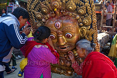 Masque de Bhairav (Bertrand de Camaret) Tags: nepal asie asia bhairav dieu god puja priere femme woman homme man festival bertranddecamaret ngc nationalgeographic patan mangalbazar horizontale regard