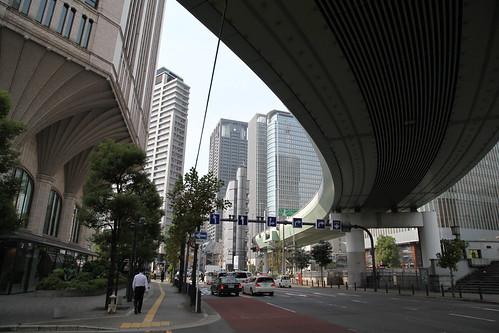 上に阪神高速が走る
