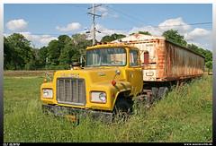 Mack R-600 (uslovig) Tags: mack r bulldog bulldogge truck lkw lastwagen lastkraftwagen laster camion conventional hauber old alt rust rost junk yard schrottplatz grain trailer getreide auflieger usa rosedale mississippi