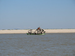 "Trajet en bateau sur le fleuve Irrawaddy (de Mandalay à Bagan) <a style=""margin-left:10px; font-size:0.8em;"" href=""http://www.flickr.com/photos/127723101@N04/22902150159/"" target=""_blank"">@flickr</a>"