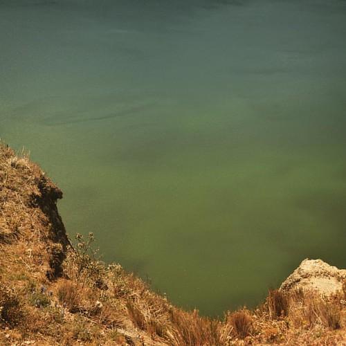 Les eaux du lac volcanique.