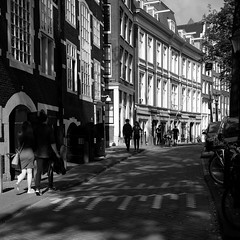 autumn light on Amsterdam 15 (Amselchen) Tags: bw street city people mono amsterdam travel lightandshadow light shadow fuji fujinon fujifilm fujifilmxseries xt10 fujixt10 xf27mmf28 pancake