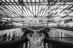 Blaak (Blende1.8) Tags: blaak metro underground stair stairs stairway ubahn treppe wideangle voigtlnder voigtlaender 12mm urbn urban city stadt street symmetrie symmetry sony alpha ilce7m2 a7m2 a7ii mono monochrome monochrom black white carstenheyer roof dach urbanlifeinmetropolis public ffentlich outdoor people