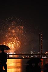 Düsseldorf NRW Rheinkirmes Feuerwerk, 2015 (Begüm Tomruk) Tags: rain night umbrella germany fireworks nrw düsseldorf rhein kirmes feuerwerk 2015 rheinkirmes