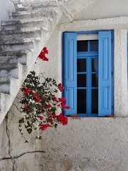 Picturesque. (Ia Löfquist) Tags: flower window hiking kreta hike staircase crete shutters blomma vandring villagehouse fönster trappa vandra fönsterluckor byhus