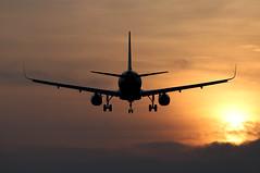 BARCELONA-EL PRAT. LEBL. (Josep Ollé) Tags: atardecer contraluz avión sunset nubes clouds aviación aviatión aproximación aterrizaje landing approaching fotos barcelona aeropuerto airport plane spotting spotters photography aircraft lebl bcn 25r