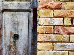 (Luca3803) Tags: italy walls wall bricks brick door doors legna wood ancient old place square oldtown centrostorico alley alleys gates portoni mainentrance doorway portone vicoli vicolo piazza vecchio legno porte porta mattone mattoni mura muro italia