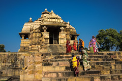 Tiempo de Durga (Nebelkuss) Tags: india khajuraho festivaldedurga durgafestival templo temple ofrendas offerings escaleras stairs sari fujixt1 fujinonxf23f14 quierosercomostevemccurry iwannabelikestevemccurry elzoohumano thehumanzoo