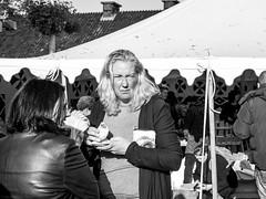 Even doorbijten ... (Harry -[ The Travel ]- Marmot) Tags: holland nederland netherlands dutch hollands nl amsterdam mokum stadsarchief stad city urban stedelijk stads zonneplein tuindorpoostzaan amsterdamnoord noord vrouwen blonde brunette woman women mensen human portret portrait allrightsreservedcontactmebyflickrmail zwartwit blackandwhite bw monochroom monochrome schwarzweis food market sun zon braderie