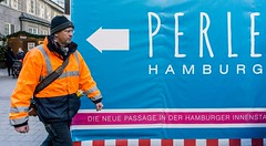 PERLE HAMBURG (Mister G.C.) Tags: streetphotography sonya6000 sonyalpha6000 mirrorless urbanphotography candid colour streetshot image photograph people unposed color coloured colored farbe urban town city man male guy arrow sign juxtaposition sony a6000 1650mm kitlens mistergc strassenfotografie hamburg germany deutschland
