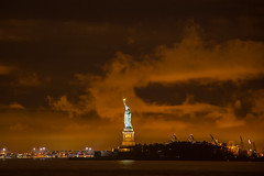 Statue of Liberty (Stefan Gyllenhammar) Tags: statue liberty usa manhattan new york america amerika frihetsgudinan island kvll night oktober october 2016 stefan gyllenhammar wagner park robertfwagnerjrpark robert f jr cloud clouds moln orange vatten water hudson river east nyc nikon d7100 himmel solnedgng sunset sky utomhus outdoor harbour cranes kranar hamn