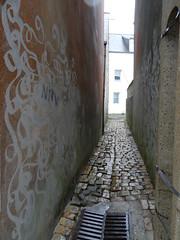 """Ruelle pavée artistique, """"venelle des arts"""", Camaret, Bretagne (Jeanne Menjoulet) Tags: arts bretagne ruelle artistique camaret pavée venelle"""