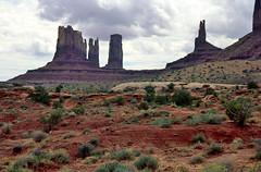 Monument Valley, buttes en pillars, Utah USA 1997 (wally nelemans) Tags: usa utah monumentvalley pillars buttes rotszuilen