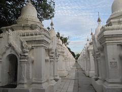 "Mandalay: la pagode Kuthodaw <a style=""margin-left:10px; font-size:0.8em;"" href=""http://www.flickr.com/photos/127723101@N04/22732244218/"" target=""_blank"">@flickr</a>"