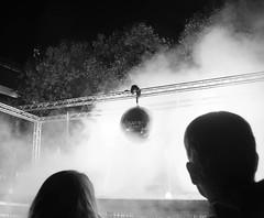 IMGP2961.jpg (Zeilenende) Tags: schattenriss rathausplatz köpfe licht discokugel nebel stuttgart kã¶pfe