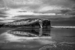 en el batir de los mares sobre espumadas rocas (RalRuiz) Tags: espaa blancoynegro monocromo mar blackwhite galicia amanecer cielo nubes olas lugo atlntico reflejos ribadeo playadelascatedrales praiaascatedrais