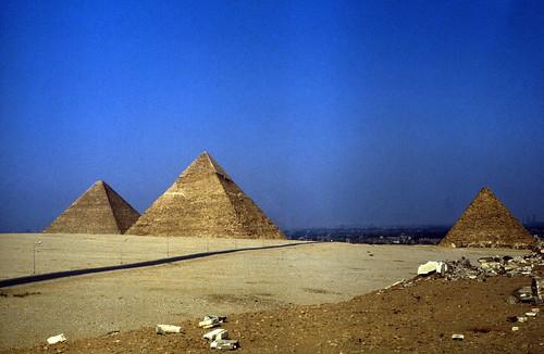 "Ägypten 1983 (34) Gizeh: Die Großen Pyramiden • <a style=""font-size:0.8em;"" href=""http://www.flickr.com/photos/69570948@N04/22461336524/"" target=""_blank"">View on Flickr</a>"