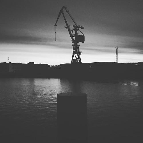 Hafenkran im #Hafen von #Wismar. Der #Tag neigt sich dem Ende zu und die #Sonne geht hinter der #Werft unter.