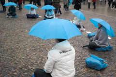 161009_SAM_9285 (Jan Jacob Trip) Tags: germany berlin brandenburgertor pariserplatz umbrella meditation pavement sitting rain blue white brown streetphotography berlijn duitsland people